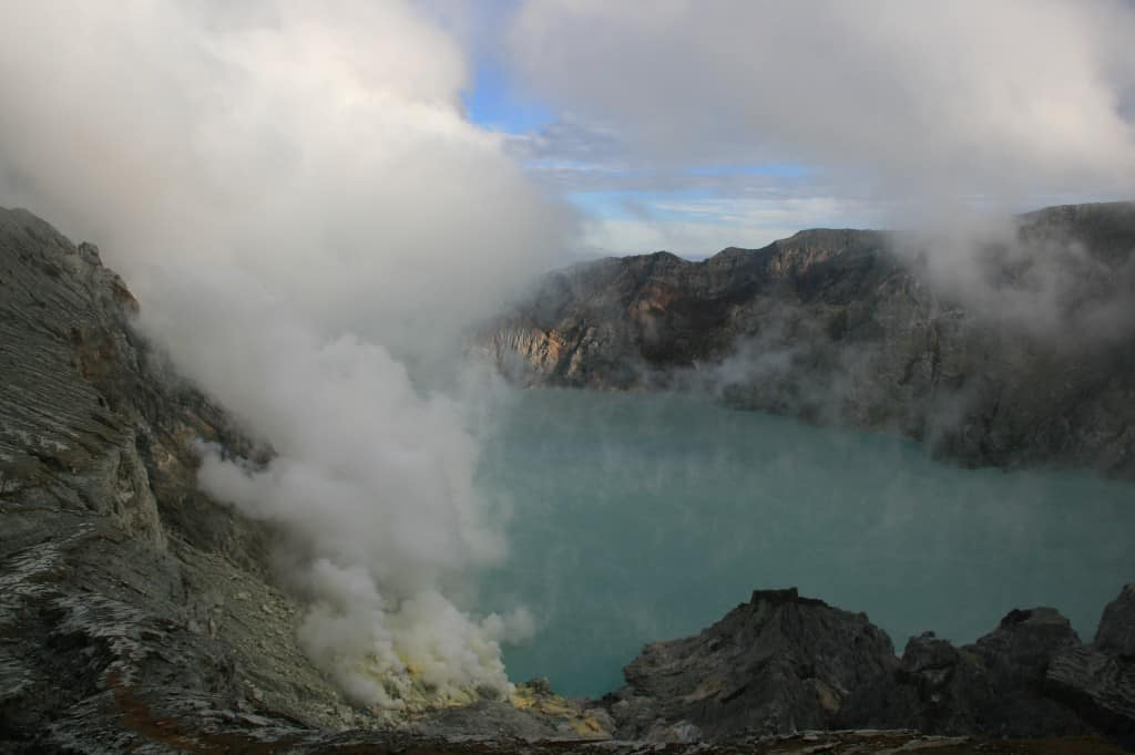 Ijens crater lake
