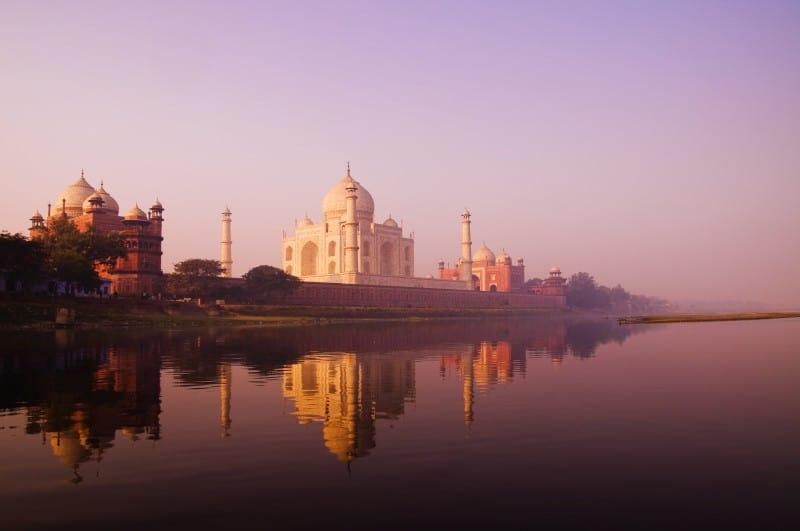 Beautiful scenery of Taj Mahal and a body of water.
